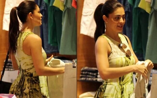 Juliana Paes escolhe peças masculinas no shopping