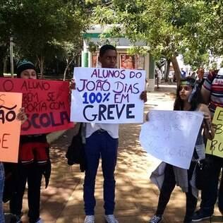 Em SP, professores usam WhatsApp para convocar alunos a participarem de greve