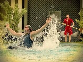 O vilão se esbalda na piscina da mansão