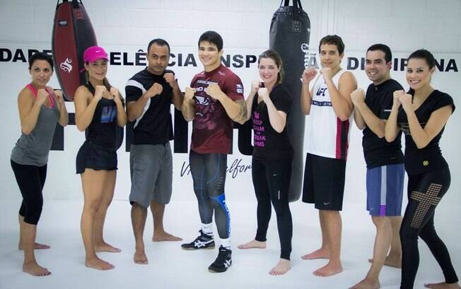 Apresentadora Lucilene Caetano treina na  inauguração da nova academia de Vitor Berlfort