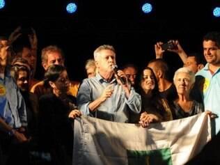 Governador eleito do DF, Rodrigo Rollemberg, participa da festa da vitória com eleitores.