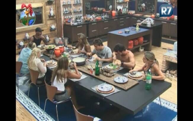 Peões se preparam para almoçar na tarde deste domingo (28)