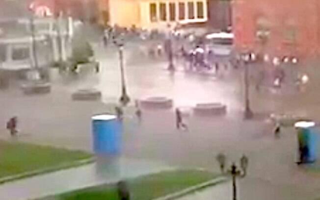 Banheiros químicos foram flagrados perseguindo pessoas em famoso ponto turístico da Rússia