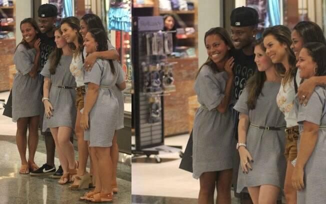 O casal posou para fotos com um grupo de fãs
