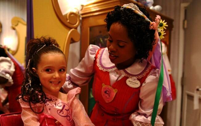As meninas se transformam em princesas na Bibbidi Bobbidi Boutique