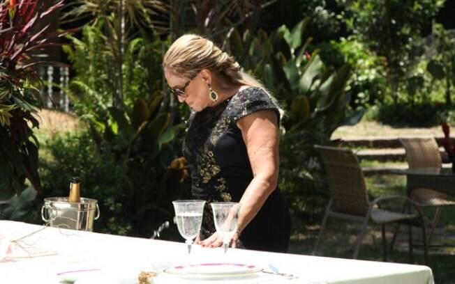 Pilar fica constrangida ao ser descoberta no casamento do ex-marido
