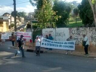 Cerca de 20 moradores participam do ato, nesta sexta-feira (21), na avenida Barão Homem de Melo