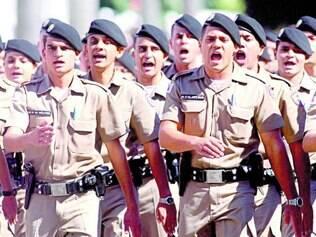 Prontos para a Copa. Policiais que vão cuidar da segurança da capital fora da área da Fifa participaram de solenidade de aniversário da corporação, ontem, em Belo Horizonte