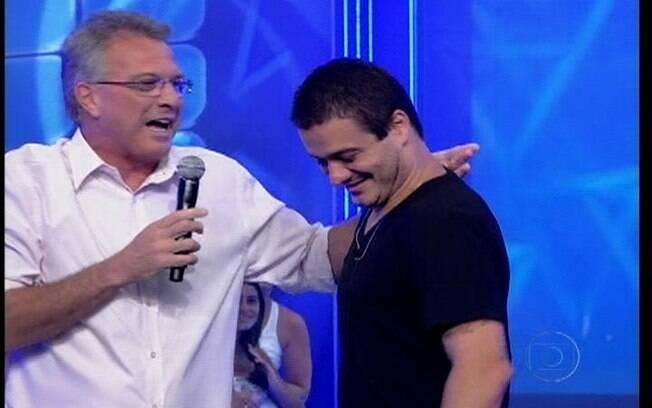 Pedro Bial conversa com Rafa após a eliminação do brother