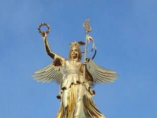 Coluna da Vitória tem 8,3 m de altura, pesa 35 t e foi projetada por Friedrich Drake. Berlinenses, com sua predileção por dar apelidos aos edifícios, a chamam de Goldelse. Para chegar ao topo, é preciso subir 278 degraus