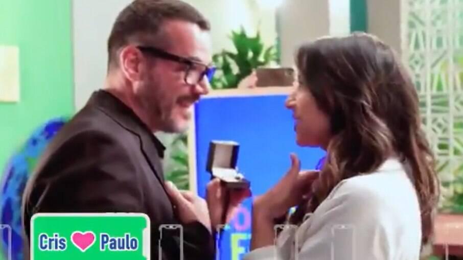 Apresentadora Cris Silva, de afiliada da Globo, é pedida em casamento na TV