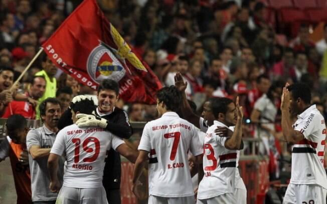 Jogadores do São Paulo comemoram o gol do  Aloísio na vitória sobre o Benfica (03/08)