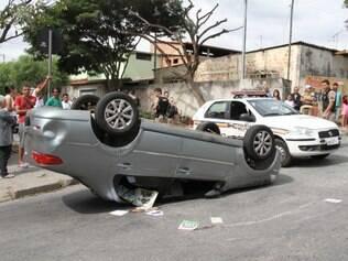 GERAL - BETIM - MG. Local - Rua Simonésia Bairro - Industrial São Luiz Durante patrulhamento, militares do 18ºBPM avistaram um veículo e ao consultara a placa constataram que se tratava de veículo roubado. Suspeitos evadiram ao avistar a guarnição e fizeram disparos contra os militares. Suspeitos se envolveram em um acidentes e foram detidos. Perícia foi acionada, em andamento e sem maiores informações. FOTO: JOAO LEUS / OTEMPO  -  15/5/2015