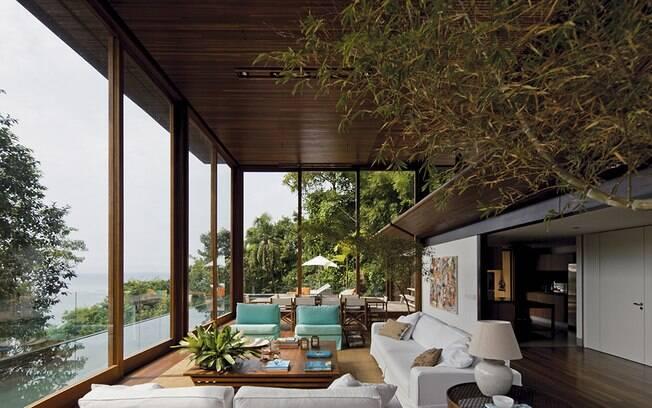 A proposta dos arquitetos para o imóvel AMB, no Guarujá, era fazer uma 'casa-varanda', com portas de correr de vidro que permitissem o contato visual com o espaço externo