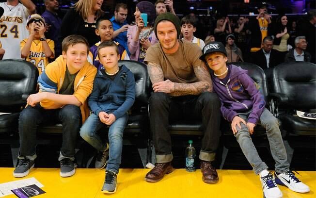 David Beckham com os filhos em jogo de basquete nessa sexta-feira (17), em Los Angeles