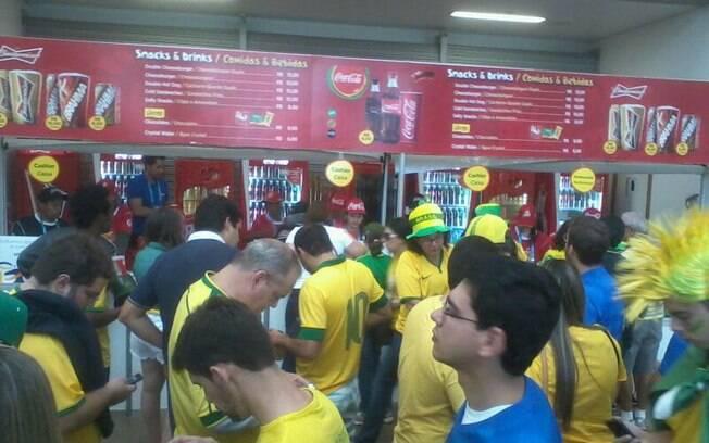 Torcedores enfrentam filas para almoçar no estádio Mané Garrincha