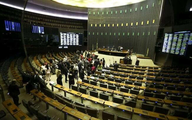 Câmara dos Deputados aprovou nesta segunda o aumento dado a policiais e bombeiros do DF antes do congelamento de reajuste