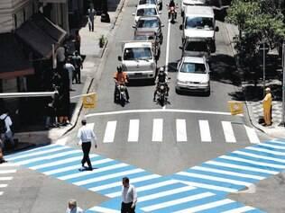 Exemplo. Faixa diagonal paulistana permite atravessar cruzamentos mais rapidamente