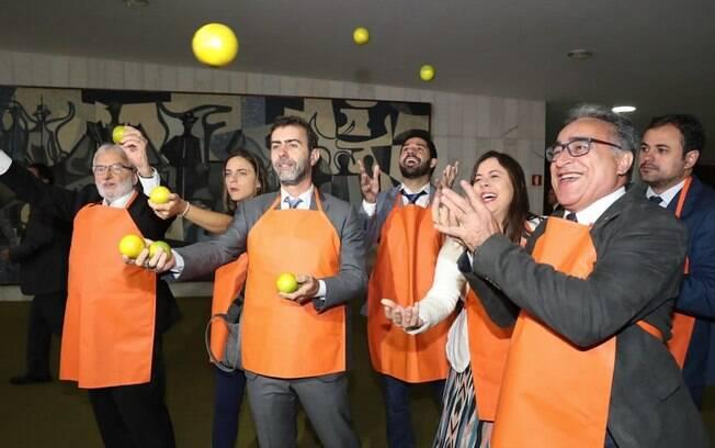 Deputados do PSOL fizeram protesto carregando laranjas na Câmara