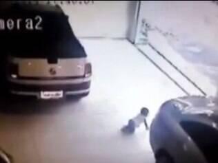 Duas pessoas que passavam na rua notaram o bebê e fizeram o carro parar