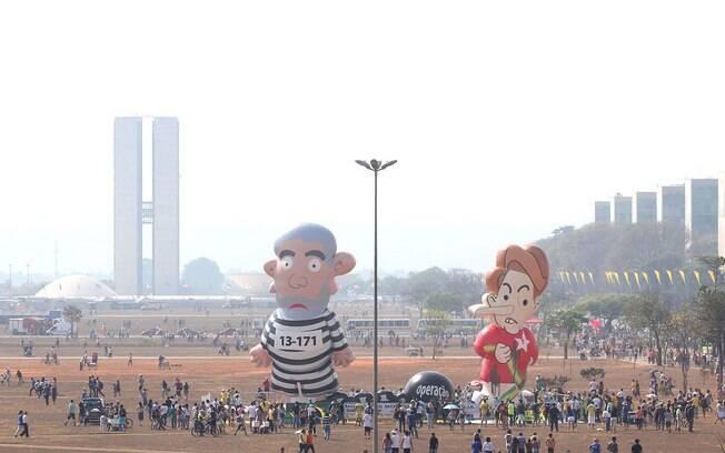 Pixuleca, que representa Dilma Rousseff (PT), é inflada ao lado do boneco de Lula na Esplanada