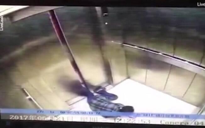 A chinesa se distraiu com o celular, tropeçou, caiu na entrada do elevador e ficou com uma perna presa na porta