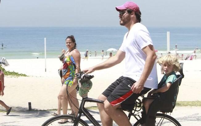 Thiago Lacerda passeia de bicicleta com o filho Gael, na orla da Barra da Tijuca