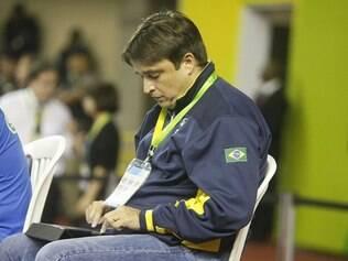 Rubinho, assistente técnico da seleção brasileira, fez muitas anotações no jogo UPCN x Trentino