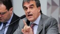 De alvo a herói, Cardozo quer defender Dilma de graça até o fim