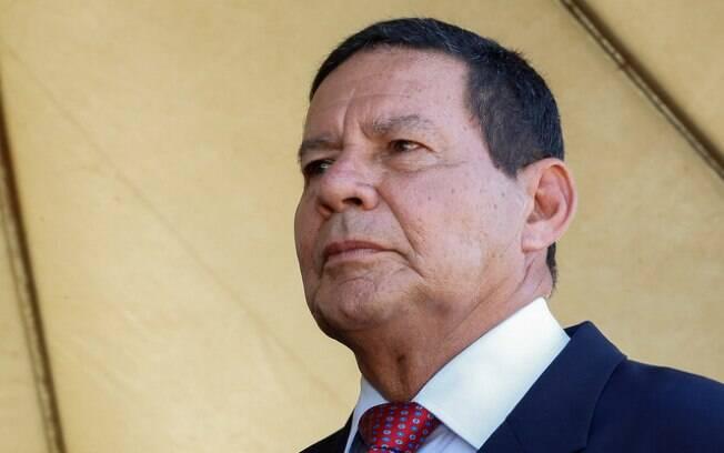 Mourão espera que presidente resolva a questão da influência dos filhos no governo, como no caso de Carlos Bolsonaro