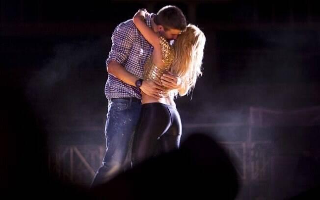 Piqué, do Barcelona, subiu ao palco na apresentação da namorada Shakira e tascou um beijo na cantora