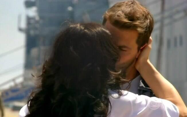 Cristal (Moro Anghileri) dá beijo de despedida em Cassiano (Henri Castelli) - 'Flor do Caribe'