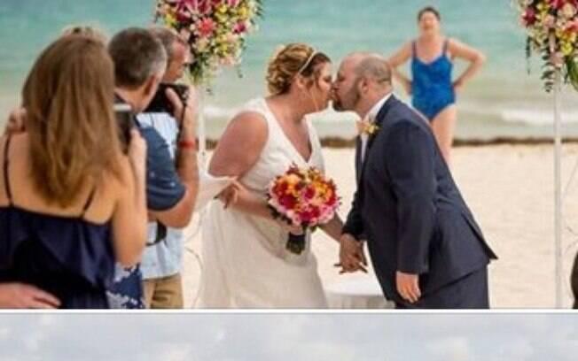 Senhora de maiô azul decidiu ficar bem atrás do altar e estragas fotos clássicas do casamento
