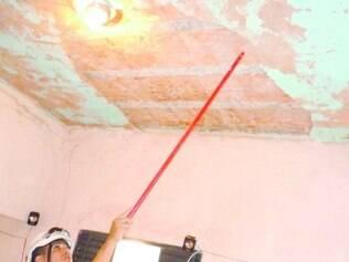 Ferida. No bairro Delfino Magalhães, adolescente se machucou após reboco da sua casa desabar