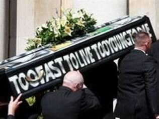 """Caixão de Malcolm McLaren, ex-empresário da banda Sex Pistols, grafitado com os dizeres """"too fast to live, too young to die"""""""