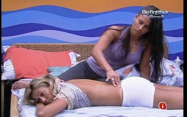 Fabiana fala sobre a Prova do Líder enquanto recebe os cuidados de Kelly