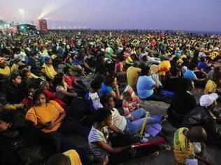 Centenas de pessoas tiveram de assistir a partida do lado de fora