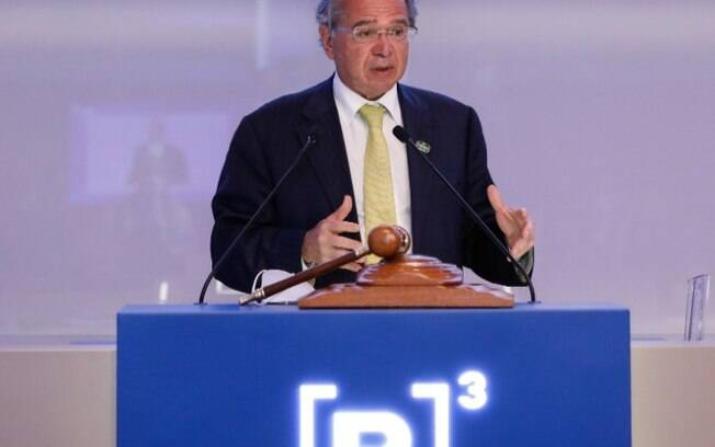 Auxílio emergencial pode ser renovado após outubro se pandemia persistir, diz Guedes