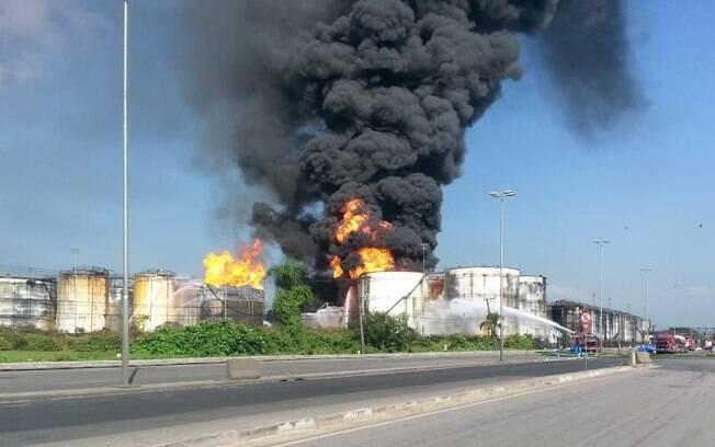 Chamas em tanques de combustível no Porto de Santos, neste sábado (04): incêndio chegou ao 3º dia