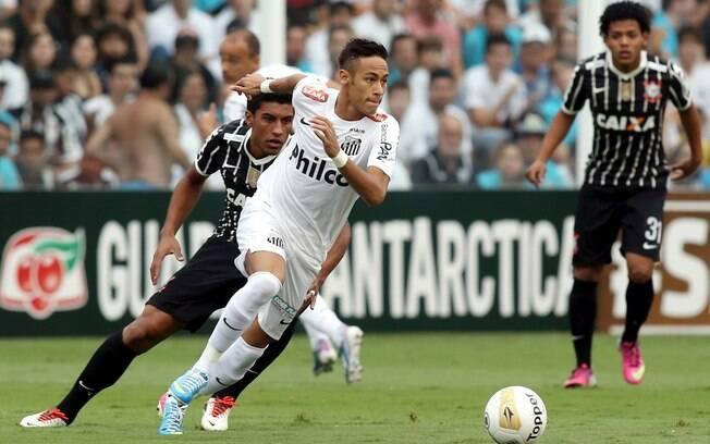 Neymar tenta escapar da marcação de Paulinho  durante o primeiro tempo da final do Paulistão