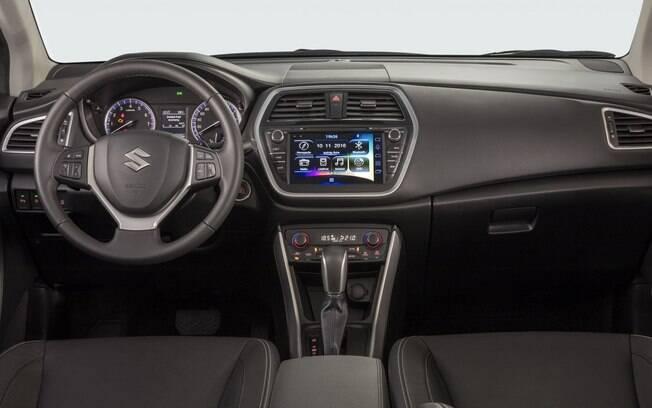 Suzuki S-Cross tem interior simples,mas com componentes bem montados e de bom gosto. Multimídia poderia ser melhor