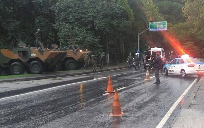Força Nacional e Polícia Militar do Rio fecharam autoestrada de Grajaú-Jacarepaguá neste sábado