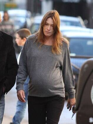 Carla Bruni foi clicada com seu barrigão pelas ruas de Paris