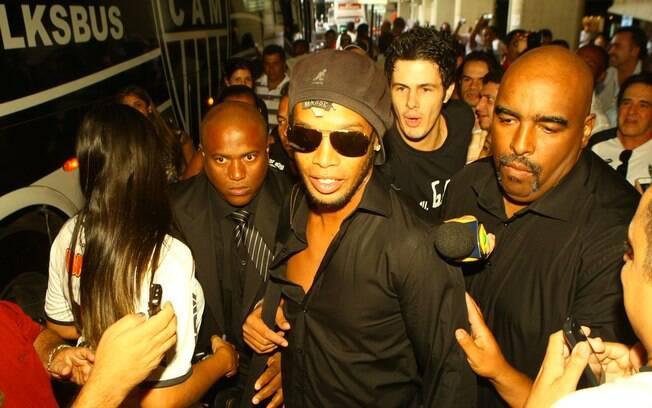 Ronaldinho Gaúcho é assediado no embarque do  Atlético-MG para a Argentina