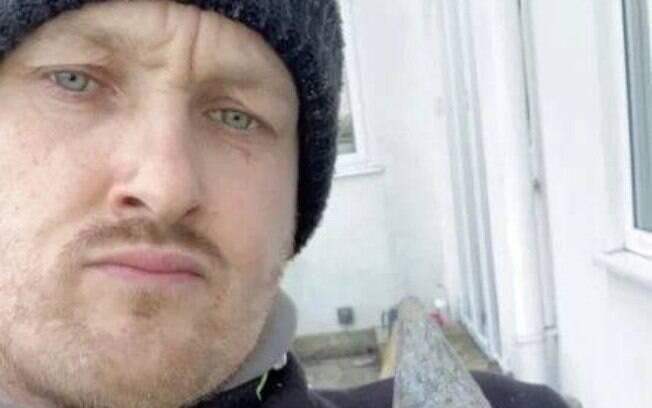 O paisagista Stephen Cochrane, de 36 anos, achou que era uma boa ideia tirar uma selfie ao lado de uma bomba da 2ª Guerra
