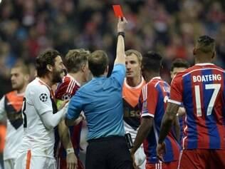 Expulsão de zagueiro Kucher acentuou ainda mais a supremacia alemã no jogo desta quarta-feira