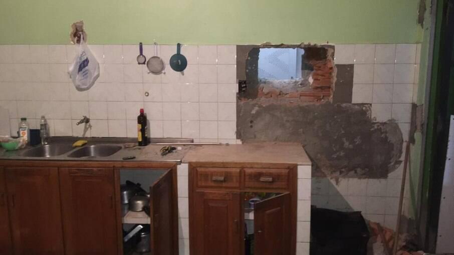Ladrões cavaram um buraco dentro de uma residência para assaltar banco