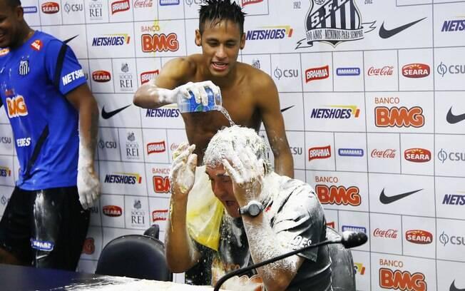 Neymar joga ovo e água em Muricy Ramalho