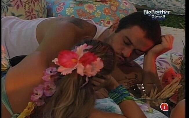 Renata é consolada por Rafa durante a Festa Lual