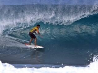 USA - SURFE/PIPE MASTERS - ESPORTES - O surfista brasileiro Gabriel Medina no primeiro dia de competição do   Billabong Pipe Masters, última etapa do Circuito Mundial de Surfe, na   Praia de Pipeline, na ilha de Oahu, no Havaí, nesta sexta-feira. No   quinto dos 13 dias de janela do Pipe Masters, a organização decidiu   realizar a competição depois de avaliar que o mar apresenta condições   adequadas para a disputa.    12/12/2014 - Foto: MARCIO FERNANDES/ESTADAO CONTEÚDO